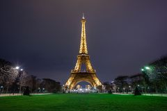 Opini?o da torre Eiffel, uma torre da noite do ferro no Champ de Mars em Paris, Fran?a foto de stock