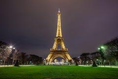 Opini?o da torre Eiffel, uma torre da noite do ferro no Champ de Mars em Paris, Fran?a imagens de stock