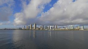 Opini?o de ?ngulo larga sobre a skyline de San Diego - CALIF?RNIA, EUA - 18 DE MAR?O DE 2019 vídeos de arquivo