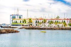 Opini?o de oceano Área de recreação e casas bonitas na linha litoral Gran Canaria spain cursos imagens de stock royalty free