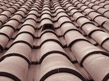 Opini?o de perspectiva de diminui??o do quadro completo de um telhado velho com as telhas vermelhas curvadas da argila nas linhas imagem de stock royalty free