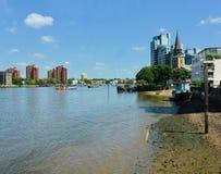 Opini?o de Tamisa do rio A igreja de St Mary, Battersea, Londres, Reino Unido imagem de stock