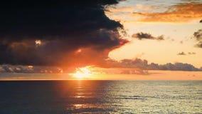 Opini?o de Timelapse do c?u dram?tico durante um furac?o e um por do sol sobre o Mar Negro ge?rgia vídeos de arquivo