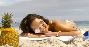 Opini?o dianteira a mulher da ra?a misturada que relaxa na praia 4k vídeos de arquivo