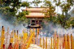 Opini?o do close up de varas ardentes e fumando do incenso no Po budista Lin Monastery em Hong Kong perto de Tian Tan Buddha gran foto de stock royalty free