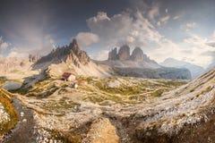 Opini?o do cume da montanha Tre Cime di Lavaredo, Tirol sul, cumes de Italien das dolomites imagem de stock