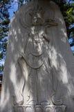 Opini?o do detalhe em um monumento budista religioso de uma monge rezando no templo coreano de Haedong Yonggungsa Busan, Coreia d fotografia de stock royalty free