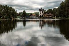 Opini?o do lago em Zlatibor, S?rvia imagem de stock