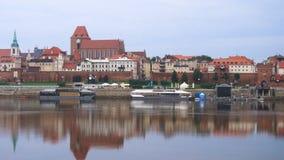 Opini?o do panorama da cidade de Torun no banco de rio de Wistula filme