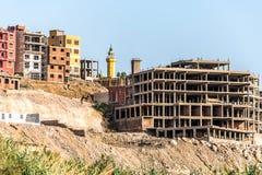 Opini?o do panorama de Egito da cidade de Aswan de um barco na costa oeste do Nilo em um dia ensolarado fotografia de stock
