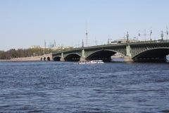 Opini?o do rio, barcos e ponte do metal fotos de stock royalty free
