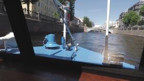 Opini?o Neva River em St Petersburg, R?ssia Os barcos de turista flutuam no rio Construções perto de Neva River Embankment video estoque