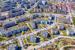 Opini?o a?rea da cidade com estradas transversaas e estradas, casas, constru??es, parques e parques de estacionamento fotografia de stock