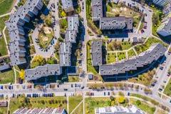 Opini?o a?rea da cidade com estradas transversaas e estradas, casas, constru??es, parques e parques de estacionamento foto de stock royalty free