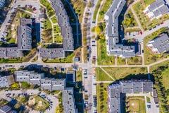 Opini?o a?rea da cidade com estradas transversaas e estradas, casas, constru??es, parques e parques de estacionamento foto de stock