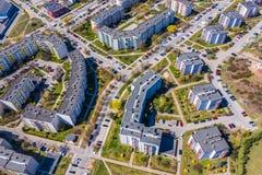 Opini?o a?rea da cidade com estradas transversaas e estradas, casas, constru??es, parques e parques de estacionamento fotografia de stock royalty free