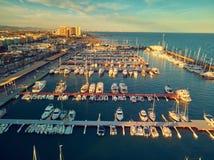 Opini?o a?rea do por do sol do porto de La Pobla de Farnals, Val?ncia, Espanha Barcos amarrados no porto no por do sol do imagem de stock