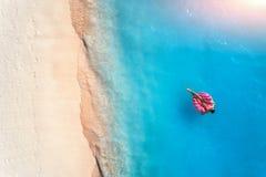 Opini?o a?rea uma mulher nadadora no mar no por do sol imagens de stock