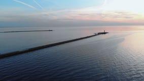 Opini?o superior do farol do por do sol a?reo com os navios no fundo - cen?rio morno da paisagem do sol de ajuste durante a hora  filme