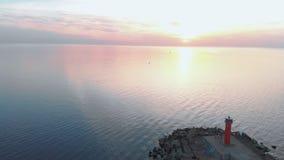 Opini?o superior do farol do por do sol a?reo com os navios no fundo - cen?rio morno da paisagem do sol de ajuste durante a hora  vídeos de arquivo