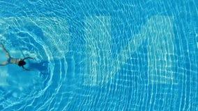 Opini?o superior uma menina na piscina cena Ideia aérea da flutuação magro da mulher Opinião superior a jovem mulher que nada den fotos de stock