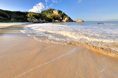 Opinión amplia de la playa del mar Imagen de archivo