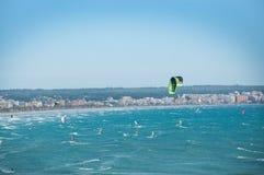 Opinión aérea de las personas que practica surf de la cometa Fotografía de archivo
