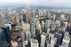 Opinión aérea del paisaje urbano de Kuala Lumpur Fotos de archivo