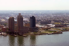 Opinión aérea del panorama del Midtown de New York City Manhattan con los rascacielos y el cielo azul en el día Fotos de archivo