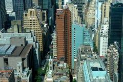 Opinión aérea del panorama del Midtown de New York City Manhattan con los rascacielos y el cielo azul en el día Foto de archivo