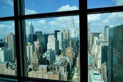 Opinión aérea del panorama del Midtown de New York City Manhattan con los rascacielos y el cielo azul en el día Fotografía de archivo