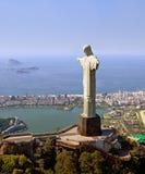 Opinión aérea la montaña y Cristo de Corcovado el Redemeer en Río Foto de archivo