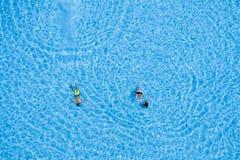 Opinión aérea los turistas que nadan en la piscina Imagen de archivo libre de regalías