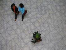 Opinión aérea los venezolanos que caminan en una alameda de compras Imagenes de archivo