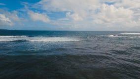 Opinión aérea superficial del agua Catanduanes, Filipinas almacen de video