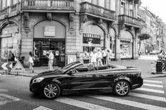 Opinión blanco y negro el hombre mayor que conduce Volvo hermoso C70 Foto de archivo libre de regalías