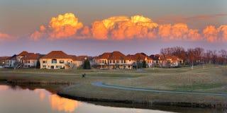 Opinión bonita de la puesta del sol sobre una comunidad del campo de golf. Imagen de archivo