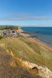 Opinión británica de Dorset de la bahía del oeste al este de la costa jurásica en un día de verano hermoso con el cielo azul Foto de archivo