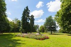 Opinión británica del parque de Herefordshire Inglaterra de la Ross-en-horqueta con las flores y el monumento Foto de archivo