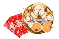 Opinión de cama plana sobre juego de té chino con el sobre que lleva la felicidad del doble de la palabra Imágenes de archivo libres de regalías