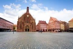 Opinión de Frauenkirche sobre el cuadrado de Hauptmarkt, Nuremberg Fotografía de archivo