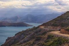 Opinión de la bahía de Mirabello con la isla de Spinalonga encendido Imagen de archivo libre de regalías