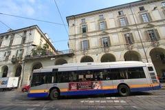 Opinión de la calle de Milán en Italia Foto de archivo libre de regalías