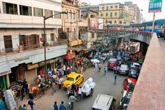 Opinión de la calle desde arriba con los coches privados, los taxis y los trabajadores Foto de archivo