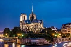 Opinión de la catedral-noche de Notre Dame de Paris Fotos de archivo