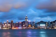 Opinión de la noche de Hong Kong en Victoria Harbor Imagen de archivo libre de regalías
