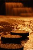 Opinión de la noche de la cascada Foto de archivo libre de regalías