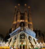 Opinión de la noche de la fachada de la pasión de la catedral de Sagrada Familia en barra Fotos de archivo libres de regalías