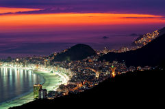 Opinión de la noche de la playa de Copacabana en Rio de Janeiro Imagenes de archivo