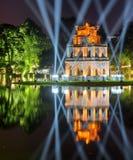 Opinión de la noche de la torre de la tortuga en el lago Hoan Kiem, Hanoi Foto de archivo libre de regalías